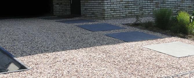 Oprit in grind aanleggen plaatsen - Tuin decoratie met kiezelstenen ...